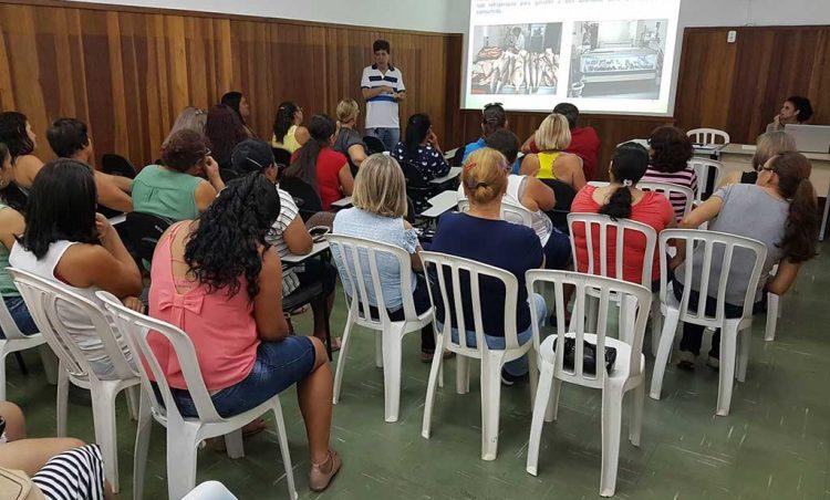 Merendeiras da Rede Municipal de Ensino recebem treinamento