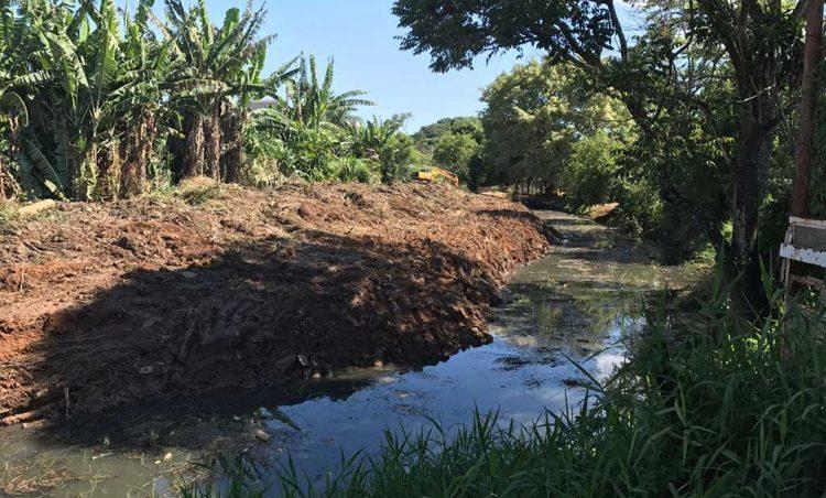 Prefeitura inicia limpeza no Córrego Monte Santo