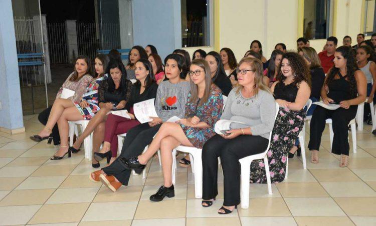 Alunas de cursos oferecidos pelo CRAS recebem diploma