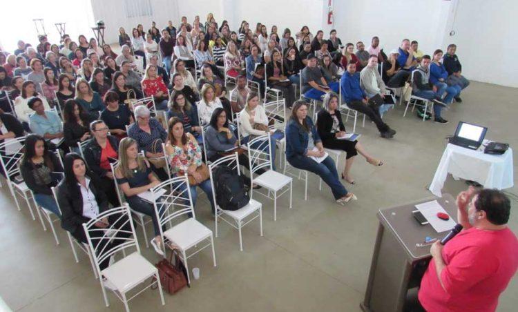 Professores da rede municipal participam de palestra