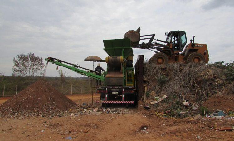 Trabalho de moagem de entulhos é executado no município