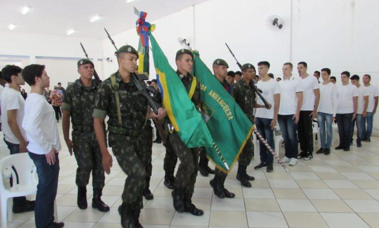 Cerca de 200 jovens participam de Juramento à Bandeira