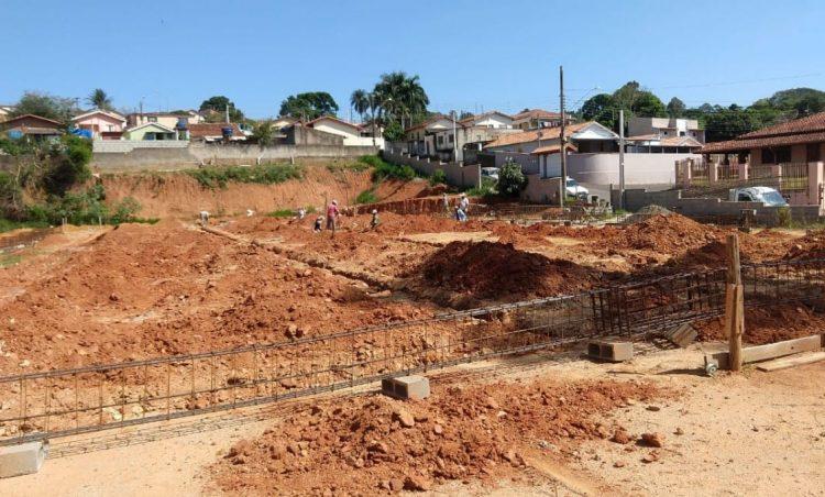 Obras de construção da creche do bairro Vila Esperança continuam avançando
