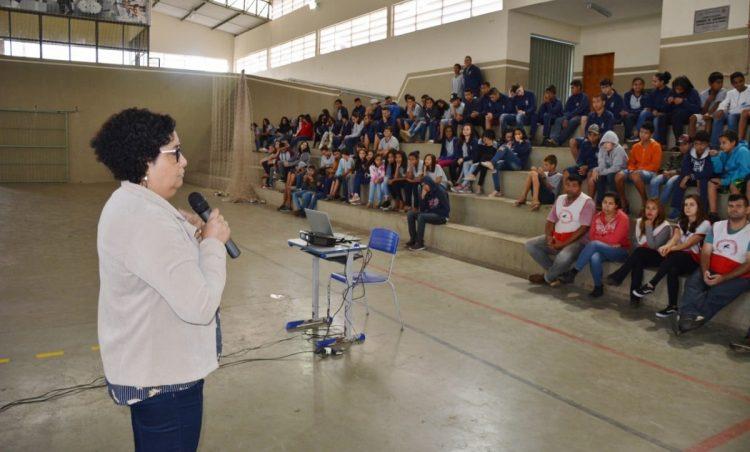 Alunos da EMEF Augusto Coelho participam de ação de conscientização sobre Dengue