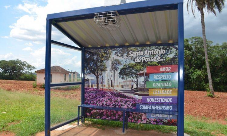 Pontos de ônibus são revitalizados com apoio de empresa do município
