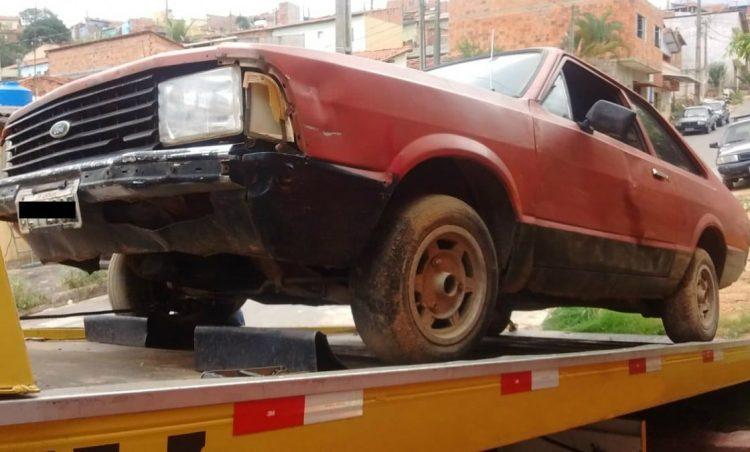 Polícia Municipal realiza remoção de veículos abandonados em vias