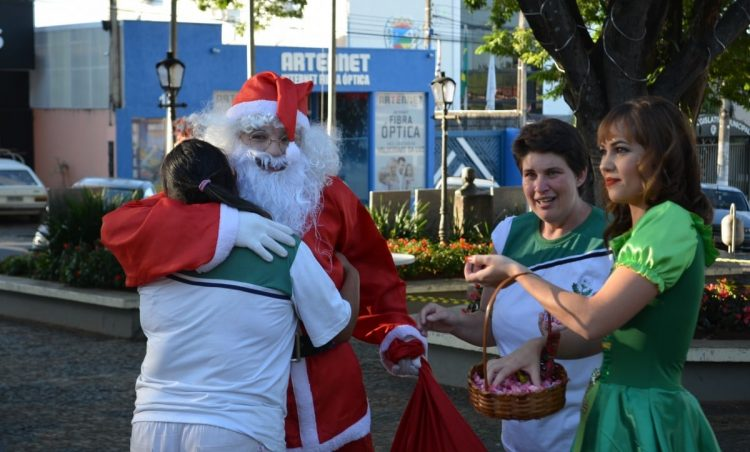 Santo Antônio de Posse recebe a visita do Papai Noel na Feira da Lua