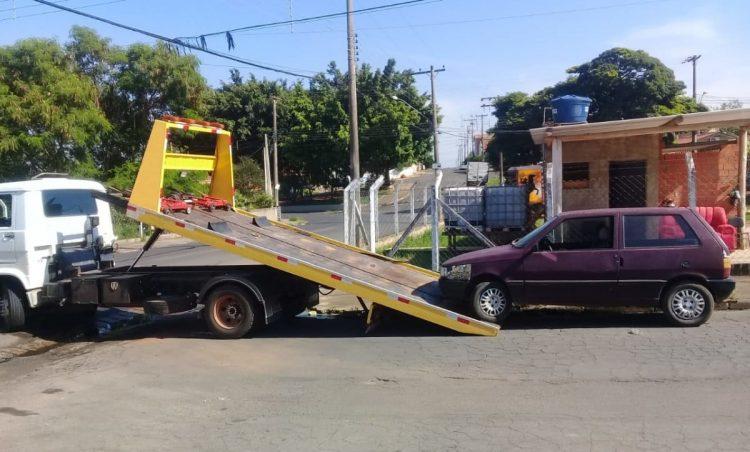 Veículos abandonados são removidos das ruas