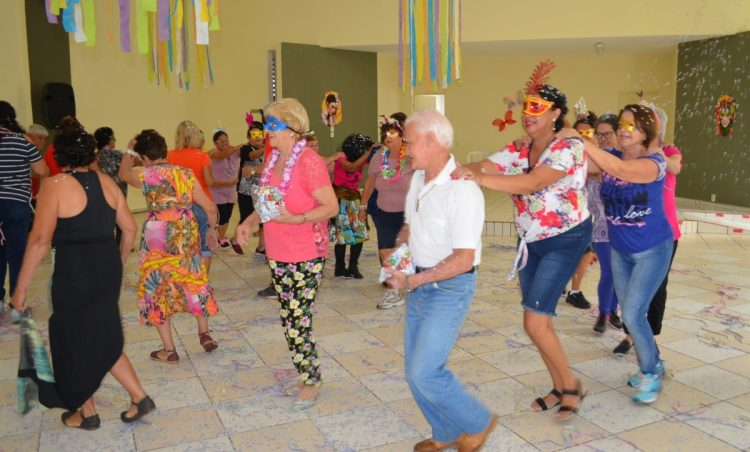 """Participantes do grupo """"Viver Vale a Pena"""" se divertem em festa de Carnaval"""