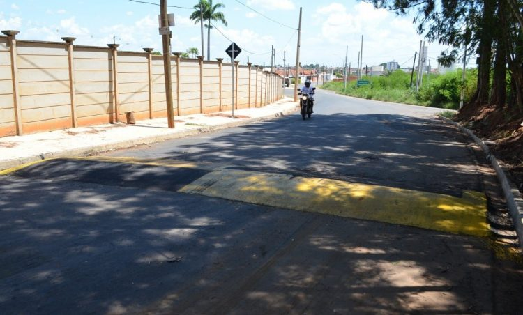 Lombada é instalada na Estrada Municipal Francisco Possani