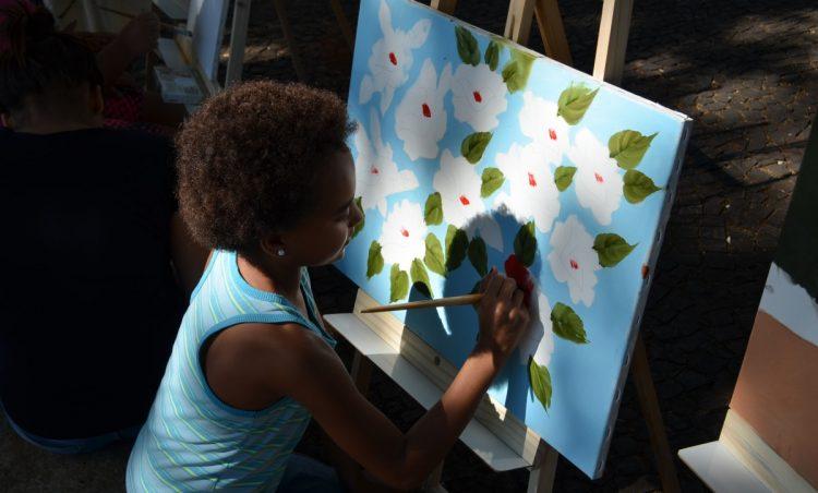 Alunos da rede municipal tem aula de pintura ao ar livre