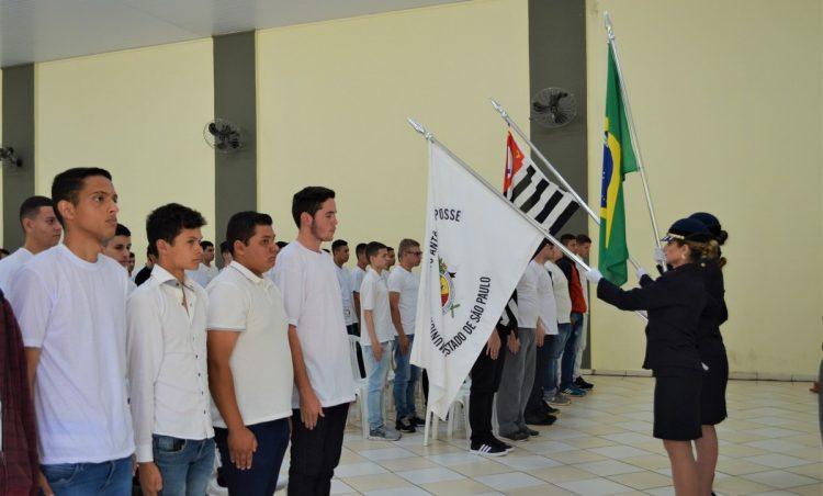 Jovens possenses participam de cerimônia de Juramento à Bandeira