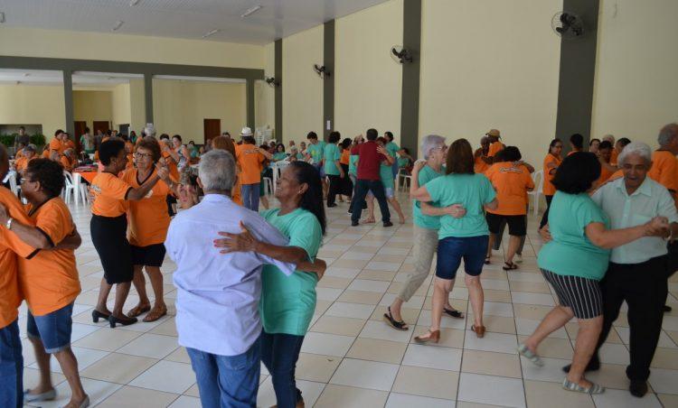 Município recebe Terceira Idade de Holambra para baile comemorativo