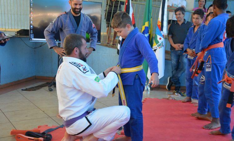 Projeto de Jiu-Jitsu reúne atletas em cerimônia de troca de faixa
