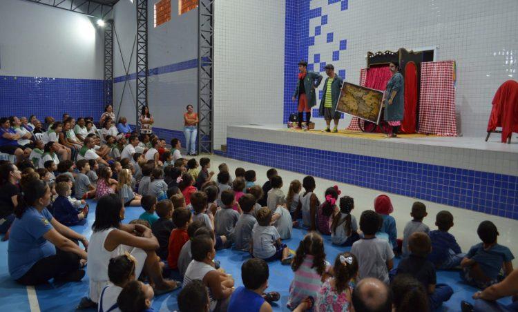 """Espetáculo """"Buraco da Minhoca"""" é apresentado aos alunos da rede municipal"""