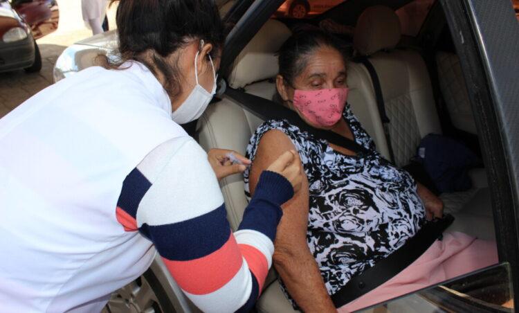 DRIVE-THRU de vacinação começa a imunizar idosos de 63 anos nesta quinta-feira, 29