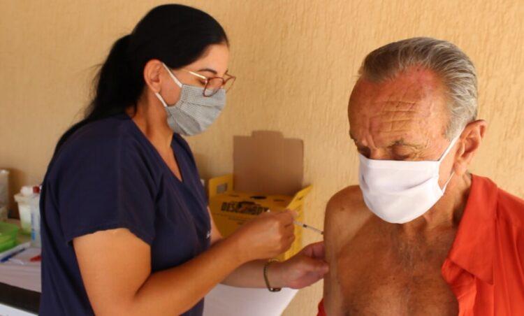 Saúde recebe novo lote de vacinas para concluir imunização da população de 69 à 71 anos