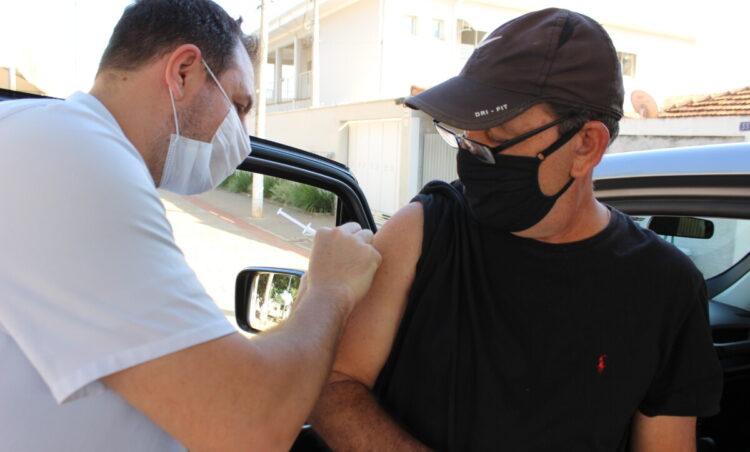 Drive-thru de vacinação imunizou 432 pessoas contra COVID-19