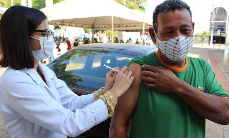 Saúde antecipa vacinação de adultos e imuniza adolescentes a partir de 18 agosto
