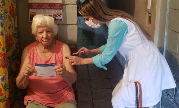 Saúde começa a imunizar idosos acima de 90 anos com a dose adicional (3ª dose)